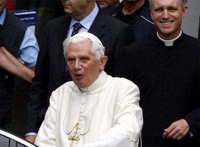 Benedicto XVI abandona el hospital regional de Aosta tras ser intervenido.