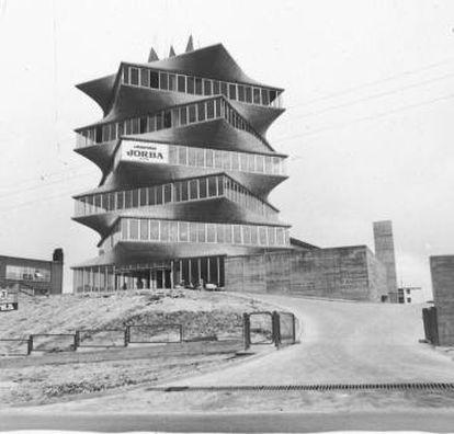 <strong>Como quemar un Miró.</strong> La pagoda (1965-1967), que Miguel Fisac proyectó para los laboratorios Jorba, se convirtió en un símbolo de la arquitectura moderna en Madrid. Fue demolida en 1999 y el arquitecto lo atribuyó a intereses ocultos del Opus Dei.