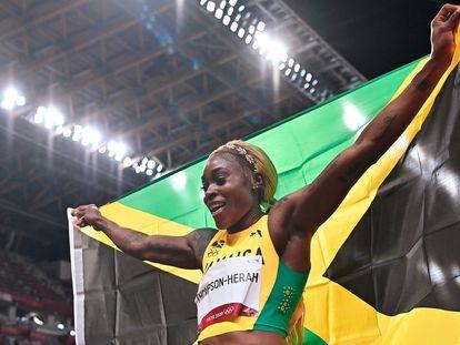 Elaine Thompson celebra tras ganar la final de los 100m lisos en los Juegos Olímpicos de Tokio.