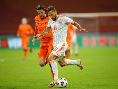 Canales disputa el balón con Hateboer en el partido entre Holanda y España.