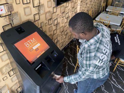 Un usuario en un cajero de bitcoins en Lagos, Nigeria, el 1 de septiembre de este año.