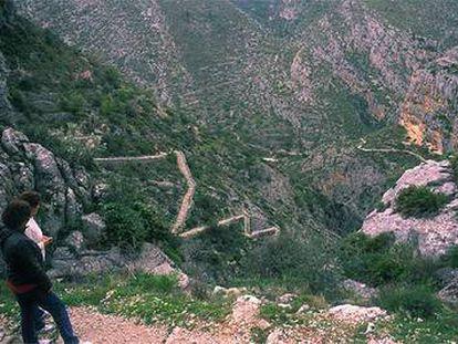 Bajada en zig-zag del Barranco del Infierno, 6.700 peldaños, en el Valle del Laguar, Alicante.