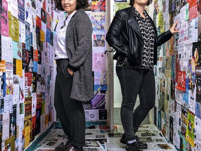 Lu Sanz (izquierda) y Ada Diez en la trastienda de la librería Bartleby, en Valencia.