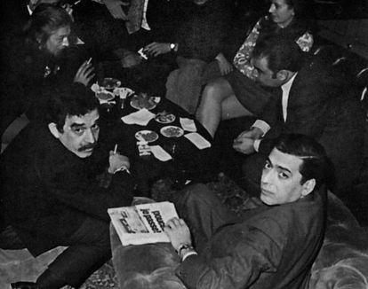 Gabo y Vargas Llosa, en el premio Biblioteca Breve de 1970.