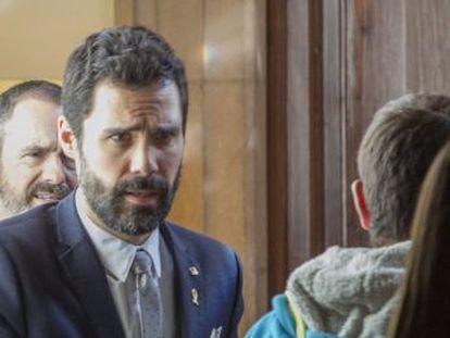 El presidente del Parlament participa en un tenso almuerzo con directivos, que le reprochan la inestabilidad en Cataluña