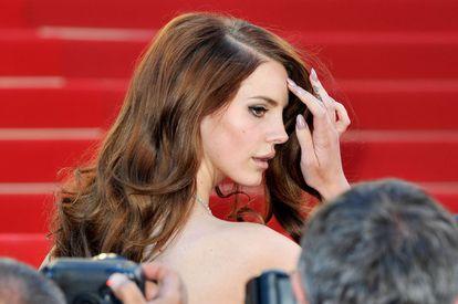 La cantante Lana Del Rey posa en la alfombra roja de Cannes.