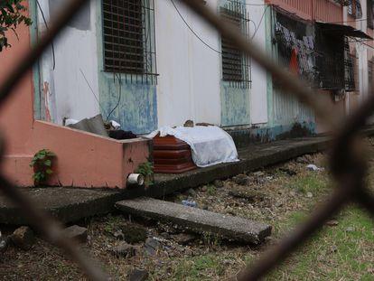 Un féretro con un fallecido por coronavirus junto a una vivienda en Guayaquil, Ecuador.