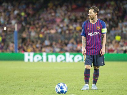 Messi, antes de lanzar una falta ante el PSV.