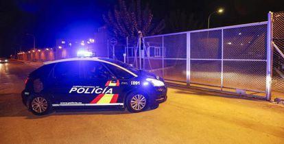 El vehículo de la policia nacional que lleva en su interior a dos de los seis policias nacionales a su llegada a la prisión de Sangonera la Verde.