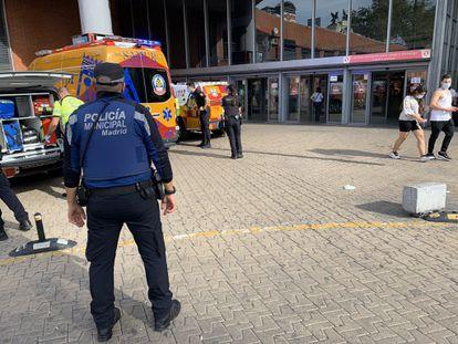 Samur-Protección Civil y Policía Municipal en la estación de Atocha la tarde de hoy sábado.