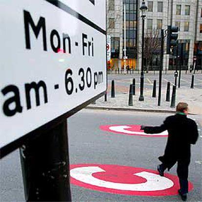 Una señal en el centro de Londres advierte de que es zona de peaje para el transporte privado.