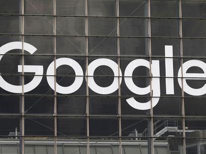 Logo de Google en un edificio del distrito financiero de La Defense en Courbevoie, junto a París (Francia), fotografiado el pasado mes de septiembre.