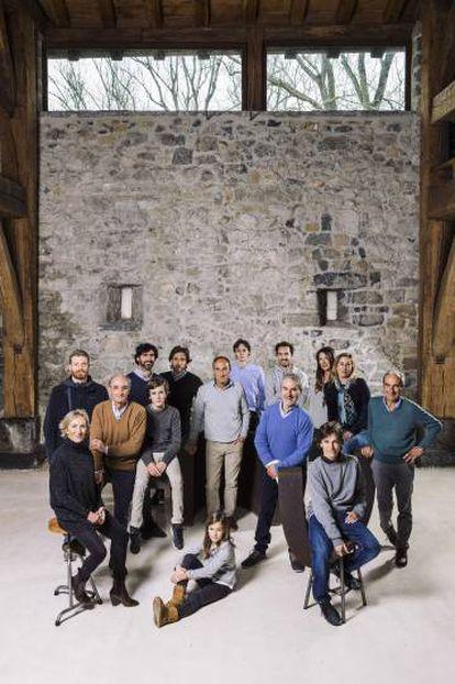 Parte de la familia Chillida posa para 'El País Semanal' en el interior del caserío Zabalaga, del siglo XVI, alma de Chilida Leku.