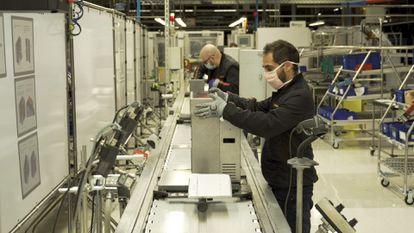 La planta de Seat en Martorell fabrica respiradores para los hospitales.