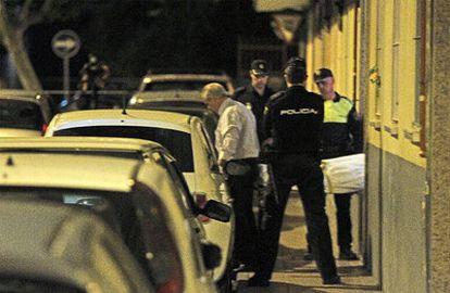 Operarios de la funeraria sacan el cadáver de la mujer de 47 años asesinada en Getafe.