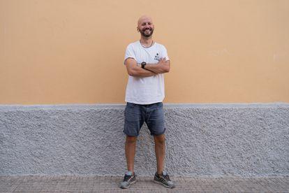 """Francesco Bondanini vino desde Granada a Melilla y empezó trabajando con los chavales que esperan regular su situación en el CETI, el Centro de Estancia Temporal de Inmigrantes, donde impartía talleres de fotografía y pintura. """"Adoro el clima de la ciudad. Y que puedo ir en pantalón corto y camiseta a todas partes. Es la vida que quiero para mí, el trabajo continuo en la calle"""", relata."""