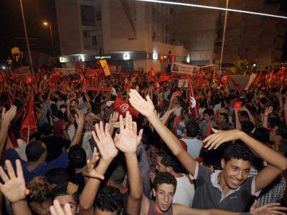 Tunecinos se manifiestan, anoche, frente a la Asamblea Constituyente.