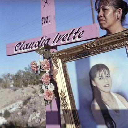 La madre de Claudia Ivette, con la fotografía de su hija en el lugar donde apareció su cuerpo.