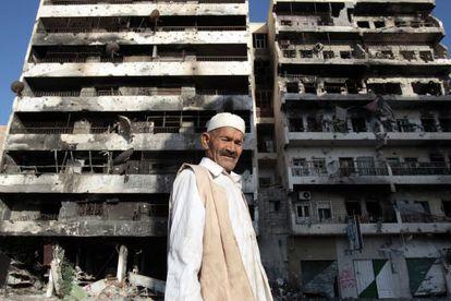 Un hombre frente a un edificio destrozado de Misrata.