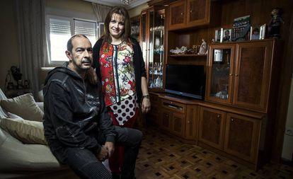 Luis Antón, hijo de Francisca Leo, y Carmen Valle en su casa de Madrid