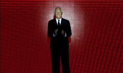Giorgio Armani, saludando al final de su desfile de alta costura en París, el martes.
