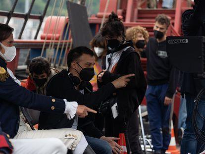 Alejandro Amenábar, con los actores de 'La Fortuna', en un momento del rodaje.