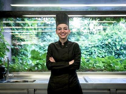 La chef Martina Puigvert, en la cocina del restaurante Les Cols, en Olot.