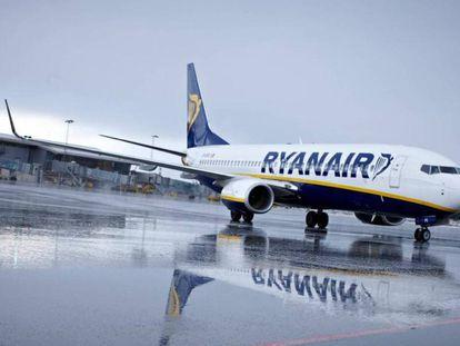 Un avión de Ryanair en la pista de aterrizaje.