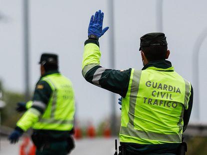 Dos agentes de la Guardia Civil en el dispositivo organizado en la última Semana Santa en una de las salidas de Madrid.