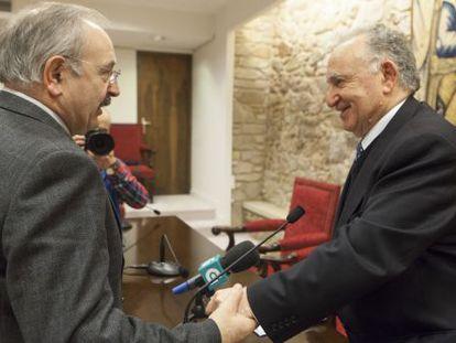 Ramón Villares, presidente del Consello da Cultura Galega, felicita a Alonso Montero tras su elección.