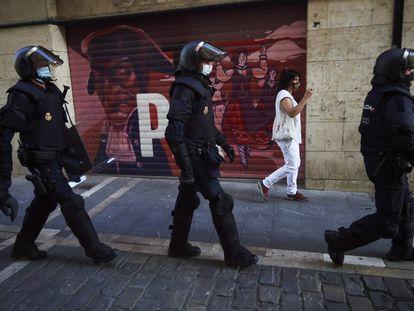 Agentes de la Policía Nacional controlan la seguridad el pasado 6 de julio en Pamplona.