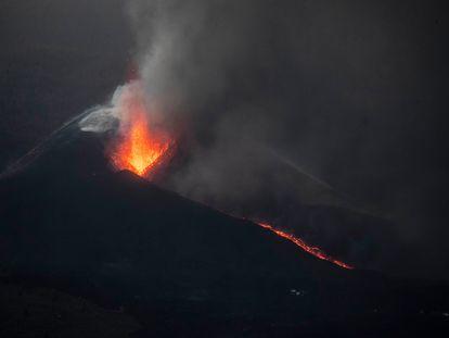 El volcán de Cumbre Vieja, en La Palma, al amanecer del 27 de octubre desde la montaña de Triana.