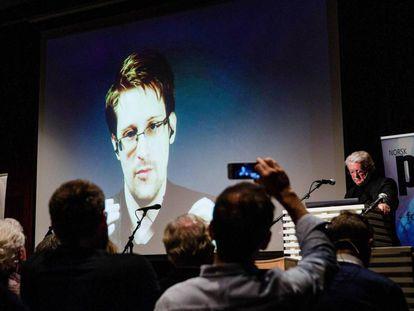 Edward Snowden en teleconferencia desde Moscú en noviembre