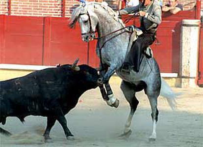 El tercer toro cornea, sin consecuencias, al caballo que monta Andy Cartagena.