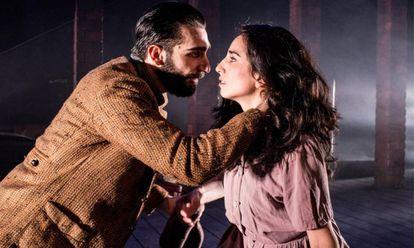 Guillermo Serrano y Paula Iwasaki, en una escena de 'El lugar donde rezan las putas'