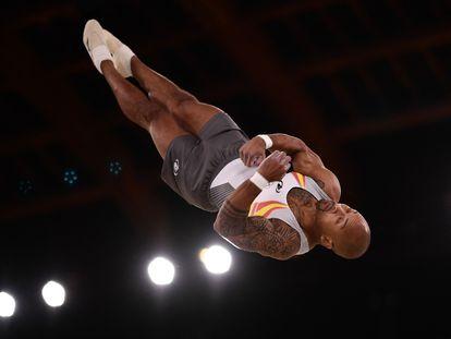 Ray Zapata compite en el ejercicio de suelo de gimnasia artística, durante la final de los Juegos Olímpicos 2020 en el centro Ariake de Tokio.