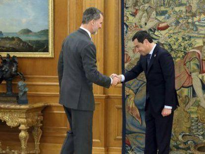 Felipe VI recibe al presidente de la Junta, Juan Manuel Moreno, en La Zarzuela en enero de 2019.