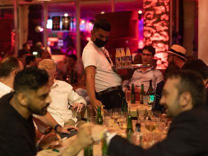Un camarero sirve a los clientes de la terraza de la discoteca Pacha, el 23 de septiembre en Barcelona.
