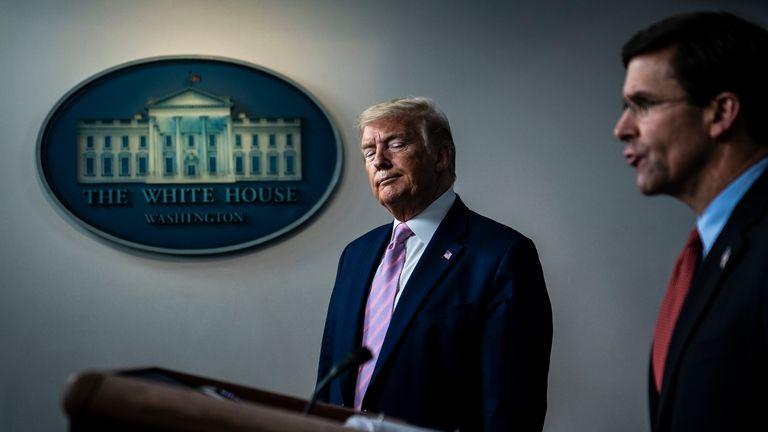 Donald Trumpo y Mark Esper, en una rueda de prensa en la Casa Blanca, en abril.