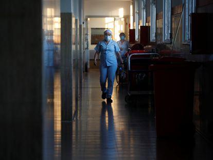 Una sanitaria, en el pasillo de un hospital de Buenos Aires (Argentina).