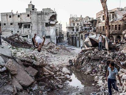 Cuatro jóvenes del grupo Aleppo Parkour, en la ciudad vieja de Alepo.