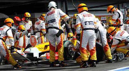 Mecánicos de Renault, en un repostaje de Alonso en el pasado GP de Bélgica.