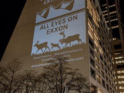 Activistas de Rainforest Action Network y The Illuminator hacen una campaña contra Exxon.