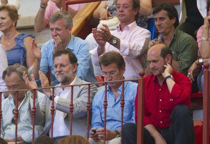 Rajoy, Feijóo y Louzán (con camisa roja), durante una tarde de toros en Pontevedra en 2011.