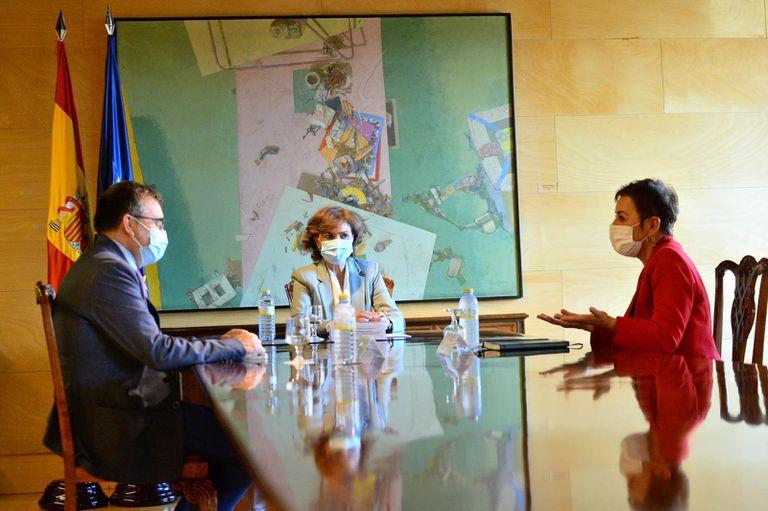 La vicepresidenta del Gobierno, Carmen Calvo, y el secretario de Estado de relaciones con las Cortes, José Antonio Montilla, reunidos con la portavoz de Bildu en el Congreso, Mertxe Aizpurua.