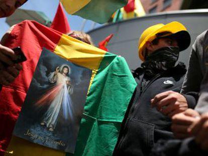 La quema de banderas indígenas y regionales aviva la fractura del país tras la renuncia de Evo Morales