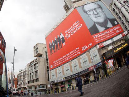 La lona del candidato del PSOE a la Presidencia de la Comunidad de Madrid, Ángel Gabilondo, en la fachada de uno de los edificios de la madrileña plaza de Callao.