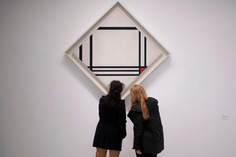 Dos visitantes en la exposición del Reina Sofía 'Mondrian y el movimiento De Stijl'.