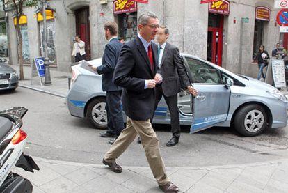 Dos escoltas acompañan a Alberto Ruiz-Gallardón a un acto electoral el pasado mes de abril.