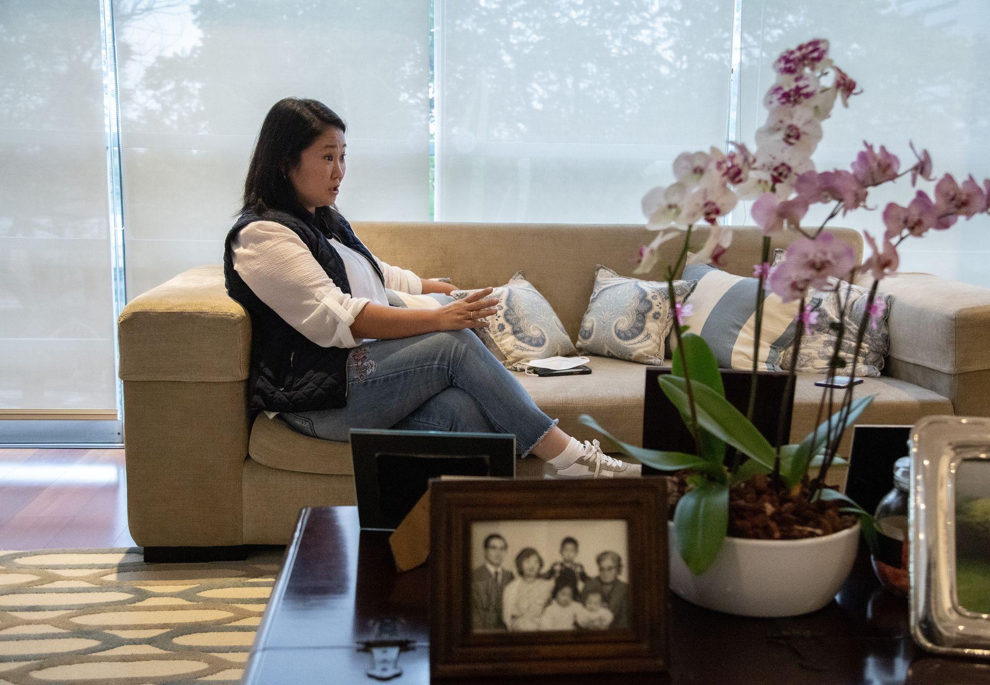 Keiko Sofía Fujimori, en el salón de su apartamento en Lima. Al frente, un retrato de toda su familia, en el que aparece su padre, Alberto Fujimori, el último autocrata del país, este viernes.